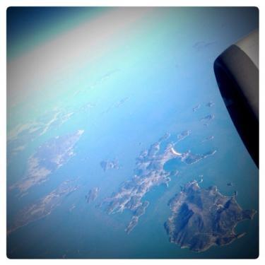 飛行機でも寝落ち。目が覚めると島が・・