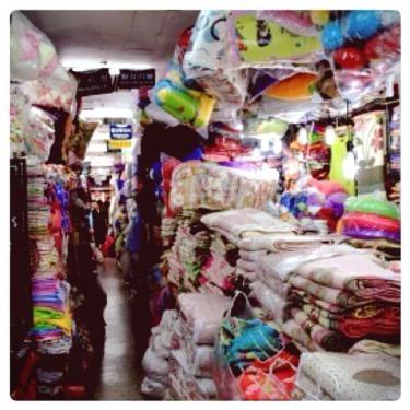 通路までギッシリな商品陳列なため、お目当ての商品を売っているお店を見落とさない様に注意が必要です☆