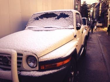 明け方に降った様で駐車していた車も雪化粧。して真っ白でした*