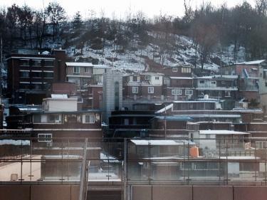 屋根や山には白い雪が・・。