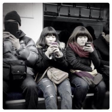 外出中、意外と携帯を使う事が多いです。