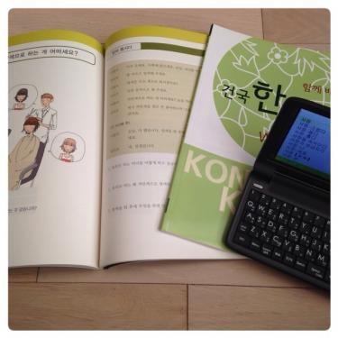 教科書にワークブック、ノート、筆記用具に・・と留学生は荷物が多いです☆