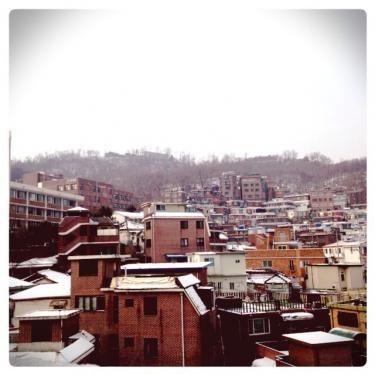 雪化粧の成均館近くの住宅街。レトロな雰囲気が漂います^^