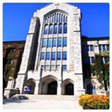キャンパス内の大講堂。