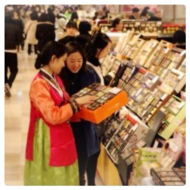설날(ソルラル=お正月)贈答品をズラリと並ぶ店内。