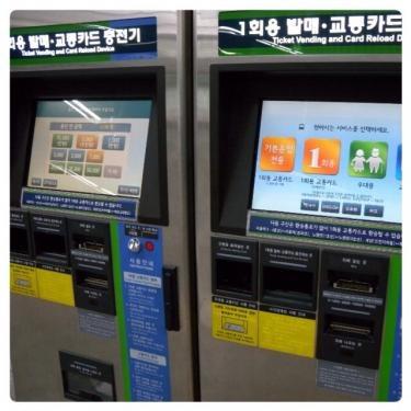 """駅にある交通カード充電機。日本語で""""充電""""と考えるとなんだか不思議‥。"""