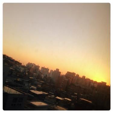 一点の曇りもない日の夕日。