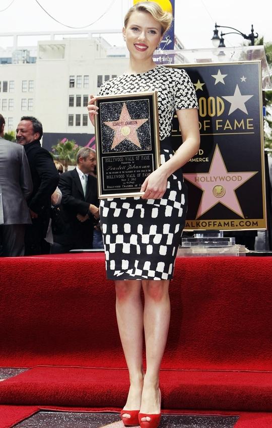 スカーレット・ヨハンソンがハリウッド・ウォーク・オブ・フェイム殿堂入り!!