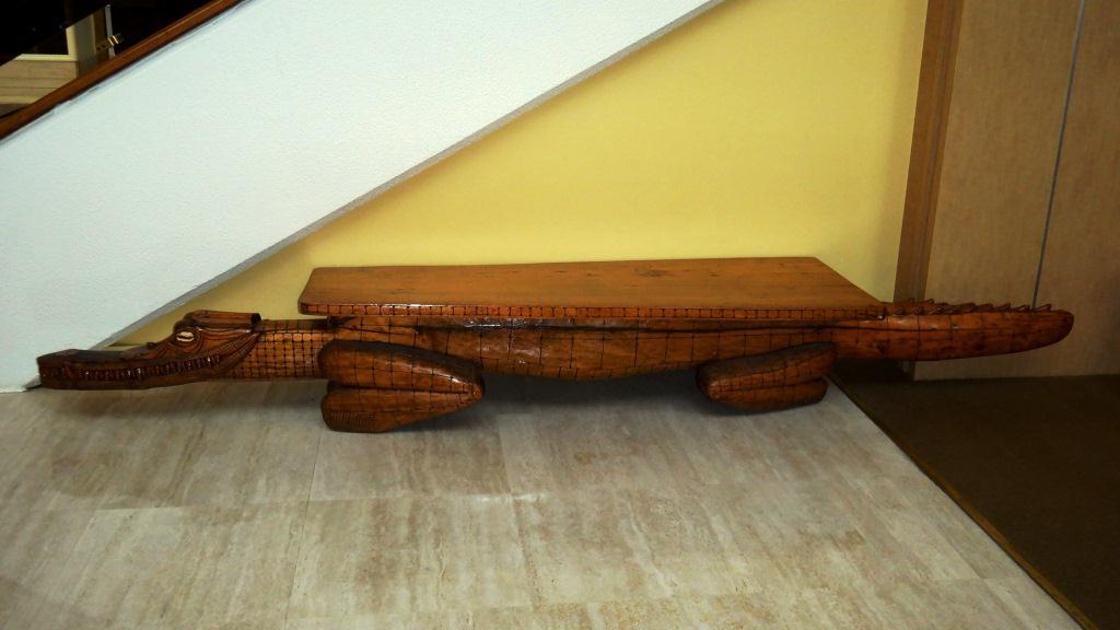 木製ワニの椅子
