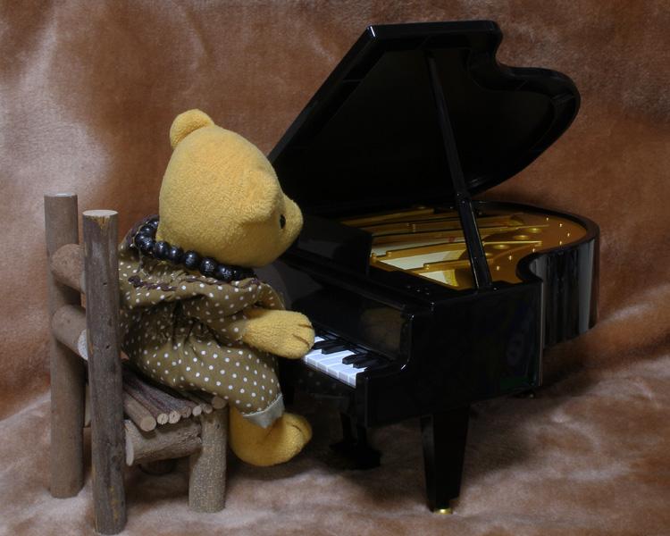 ピアノを弾くくまちゃん