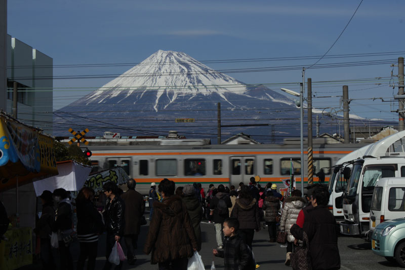 富士市鈴川東町 富士山と電車・130217