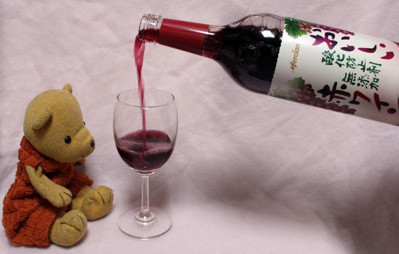 8694_メルシャン おいしい酸化防止剤無添加赤ワイン を注ぐ