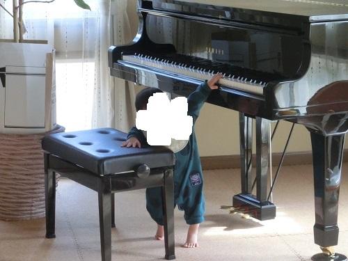 ピアノを弾く息子1