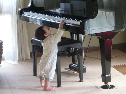ピアノを弾く息子2