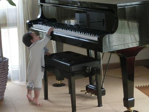 ピアノを弾く息子3