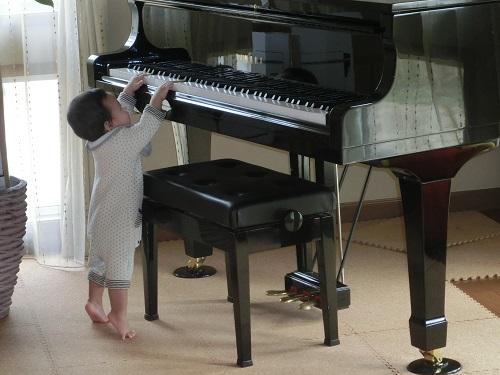 ピアノを弾く息子4