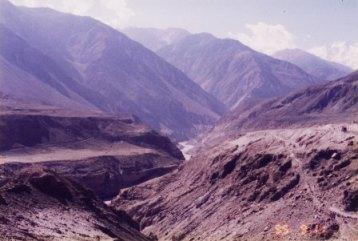インダス川からヒマラヤ連峰を望んで