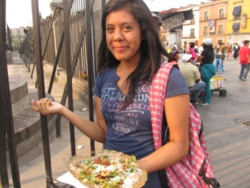 街中でタコスを食べる美人?