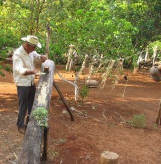 縄の造り方を説明する老人