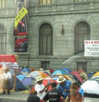 美術館前でテントをを張る美大教授達