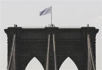 ブルックリン橋の星条旗が白旗に
