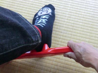 郡山・経絡足つぼ脚もみマッサージ士_たけろぐ_出張専門_両手で使用するタイプの官足法・赤棒。置いて踏んだりリンパ節を刺激したりと万能の携帯グッズ②