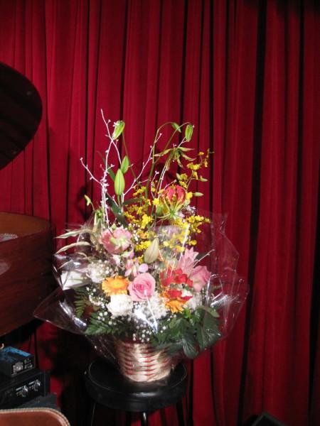 ピアノ脇に花かご