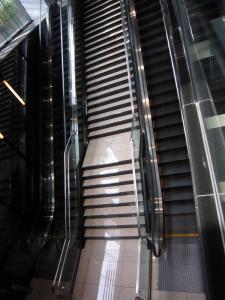 階段とエスカレータ。_800