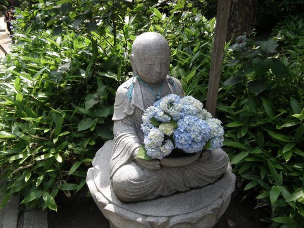 地蔵の掌に姫紫陽花