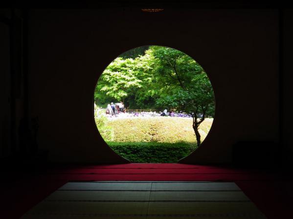 本堂の円窓から庭園を望む