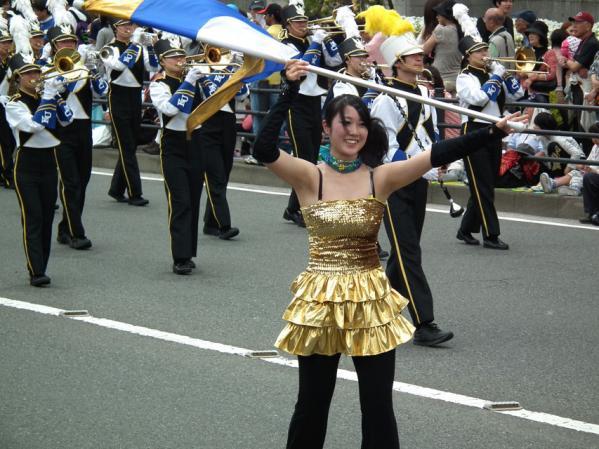 神奈川大学吹奏楽部による行進