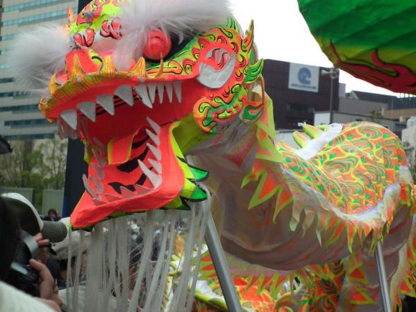 ハマの中華街ではお馴染み、中華街にある横浜中華学院の卒業生による龍の舞い