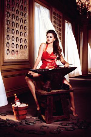 penelope_cruz_desafia_a_las_supersticiones_en_el_calendario_campari_2013_31168795_800x1200.jpg