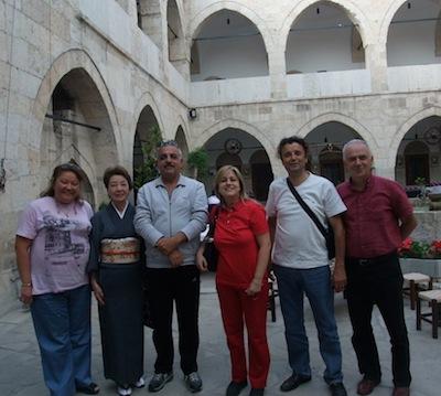 観光客と中庭で