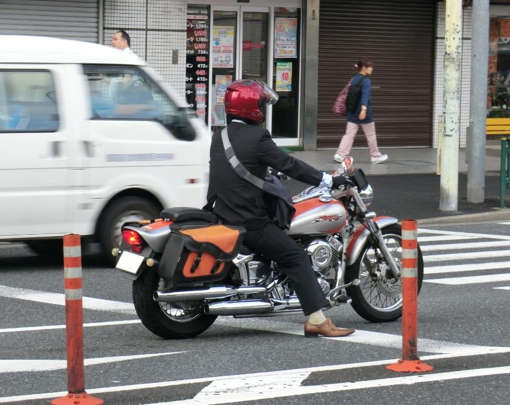 スーツ着てバイク乗ってるやつ ...