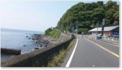 海沿いの国道を走る