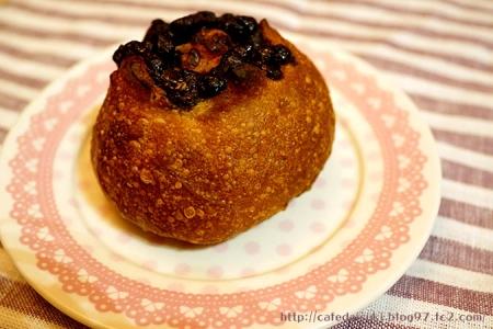 山角◇クリームチーズとチョコの黒糖パン