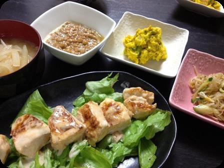 鶏肉の特製マヨ和え+納豆+大根のお味噌汁+かぼちゃサラダ+もやしの中華サラダ