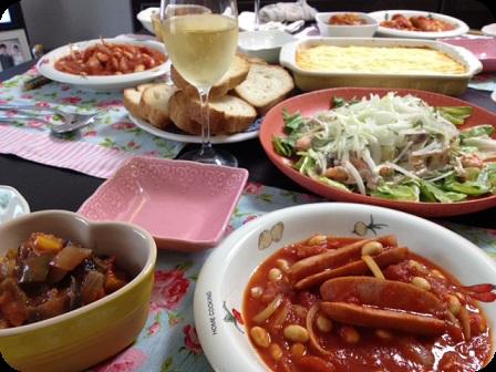 ソーセージと豆のチリトマトシチュー・冷製ラタトゥイユ・サーモンと茸のサラダ・マッシュポテトとひき肉の重ね焼き