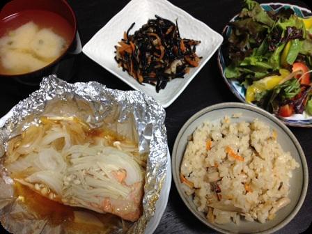 鮭のムニエル+ひじき+グリーンサラダ+ネギとお豆腐のお味噌汁+五目ごはん