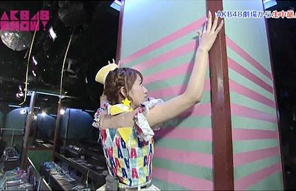 akb48 show たかみな 柱「のテープ貼り