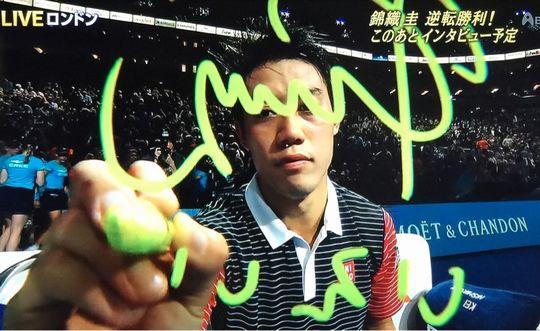 恒例のテレビカメラのレンズへのイタズラ書き 「いえい!」という日本語が入っている!