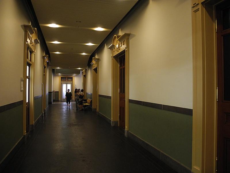 二階廊下をうろつく