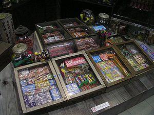 300px-再現された昭和の駄菓子屋_昭和なつかし博覧会2007年2月17日(明石市立文化博物館)P2179697[1]