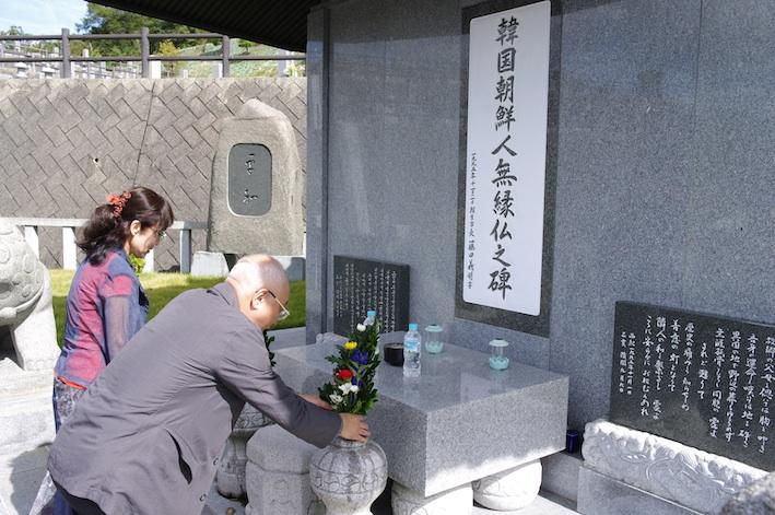 平和の碑に献花