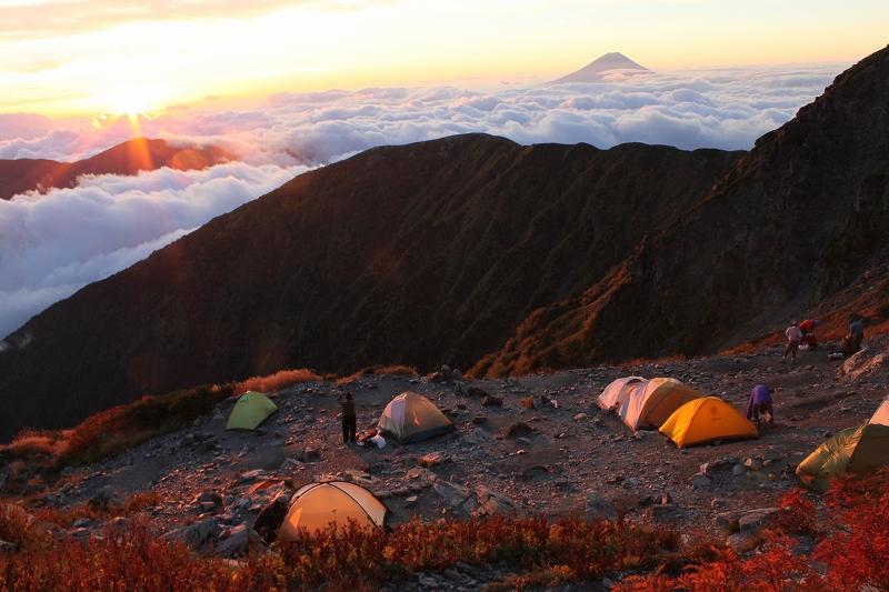 テントと朝日