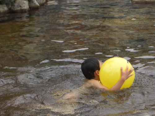 屋外プールで