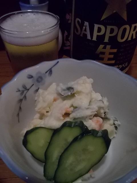 イモサラダと瓶ビール