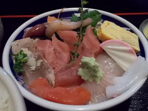 駅前の寿司屋の刺身定食