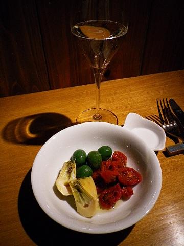 スプマンテとオリーブ漬け3種盛り